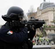 گسترش اعتراضات به استفاده پلیس فرانسه از سلاحهای جدید علیه جلیقهزردها